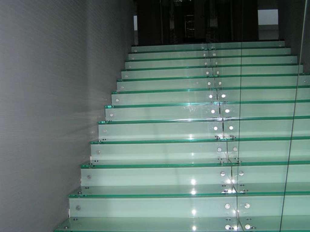 Пример лестницы со стеклянными ступенями с подсветкой от компании Аспект-Плюс