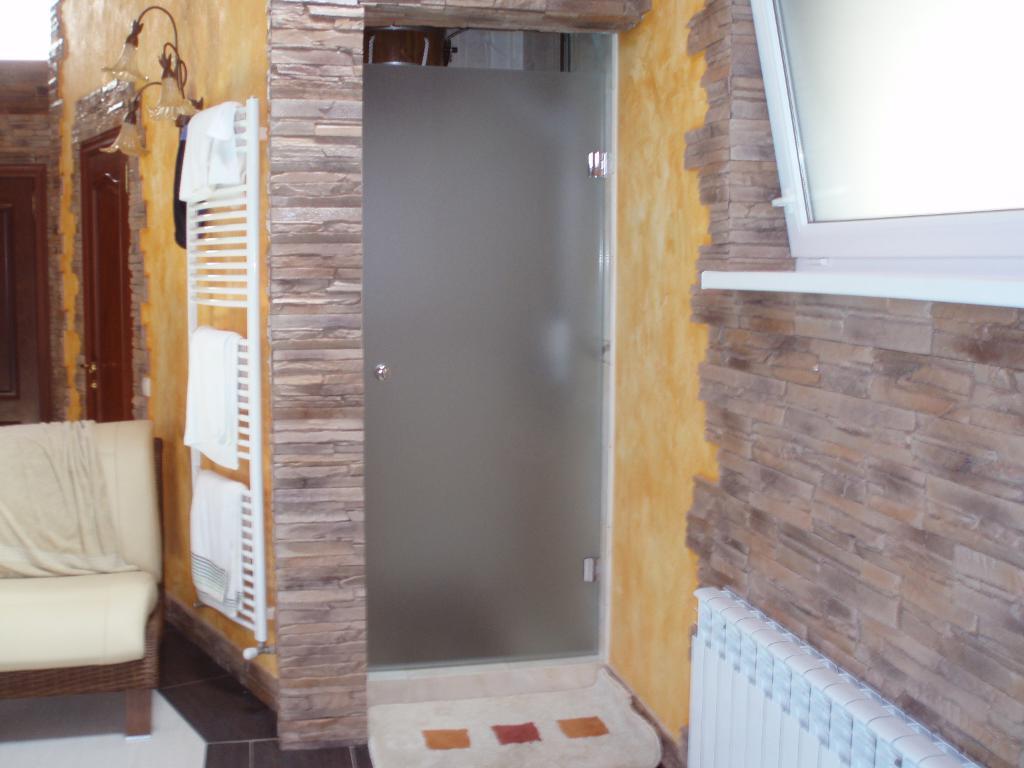 Примеры стеклянных душевых кабин, дверей и перегородок от Аспект-Плюс