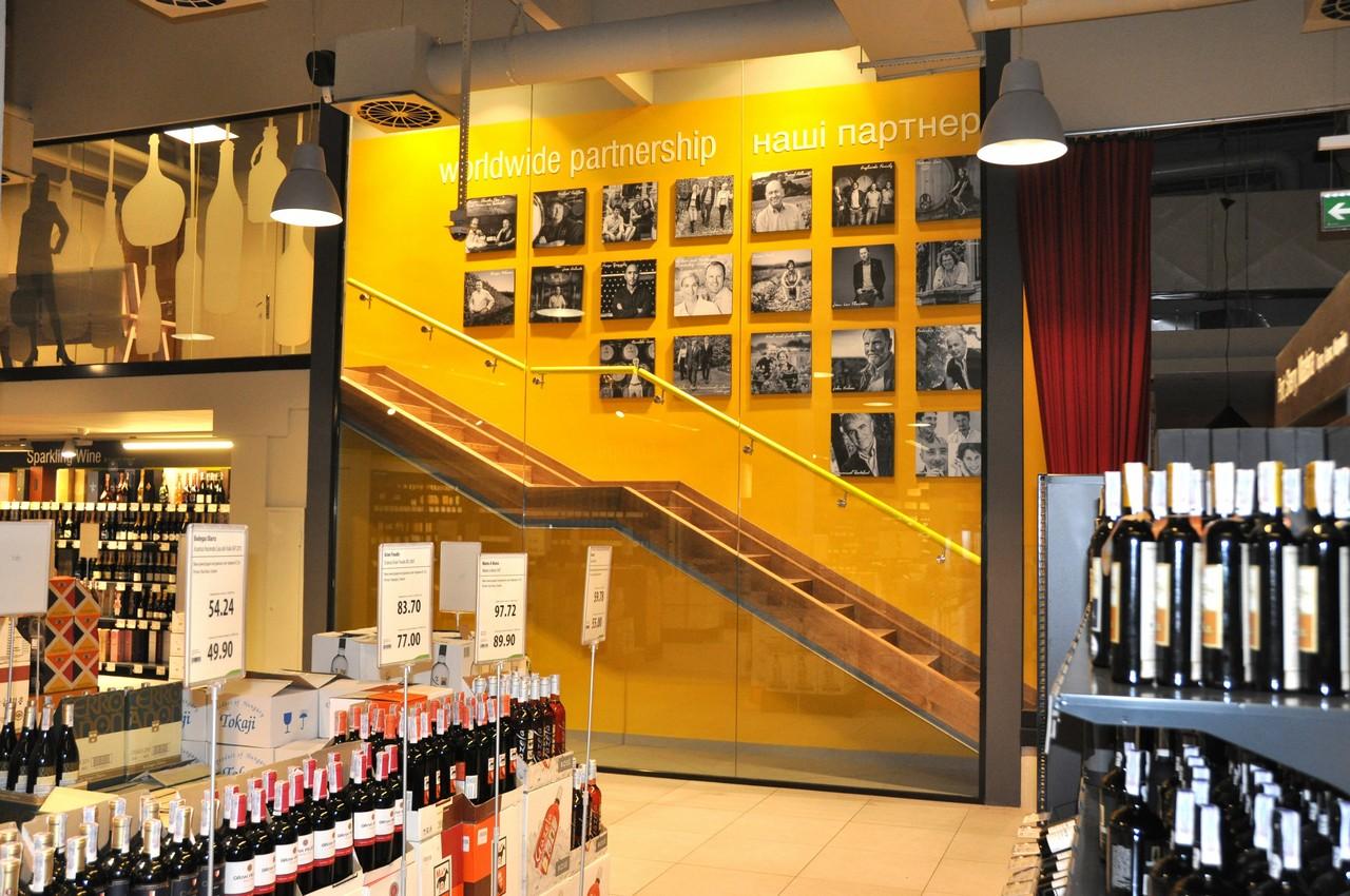 Стеклянные ограждения для магазина Good Wine от Аспект-Плюс