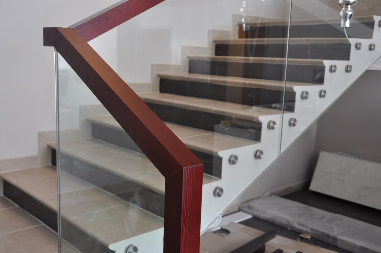 Пример стеклянных ограждений для лестницы от Аспект-Плюс